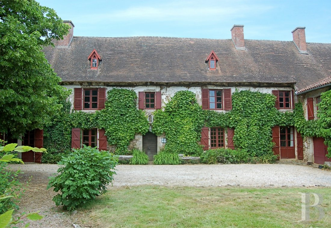 Residences for sale - limousin - An old, 17th & 18th century coaching inn, with outbuildings and  some 7,500 m² of enclosed wooden parklands, in the area around Limoges