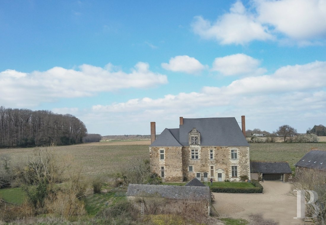 Manors for sale - pays-de-loire - An authentic, listed, 16th & 17th century manor house, with its guest house,  its outbuildings and almost 13 hectares in the Anjou region